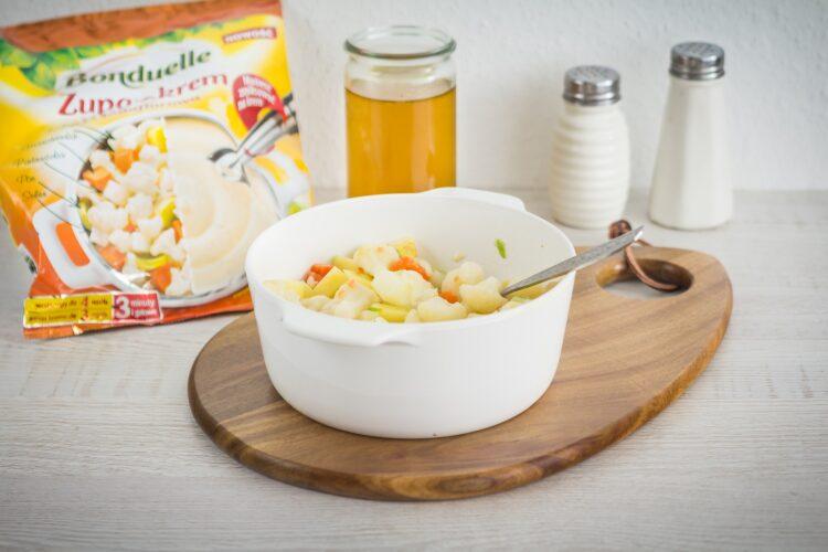 Krem z kalafiora z gorgonzolą i orzechami laskowymi - Krok 2