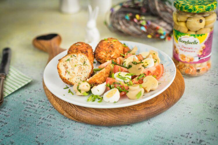 Kotlety z selera z sałatką z marynowanych pieczarek, pomidorów i jajek przepiórczych