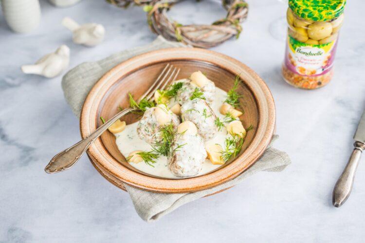 Kotleciki z białej kiełbasy z marynowanymi pieczarkami w sosie koperkowym