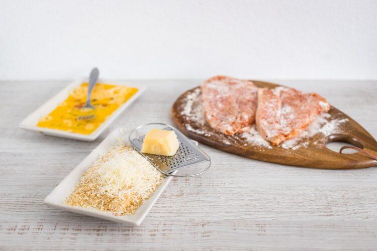 Sznycel drobiowy z jajkiem i salsą z ogórka i mieszanki meksykańskiej - Krok 2