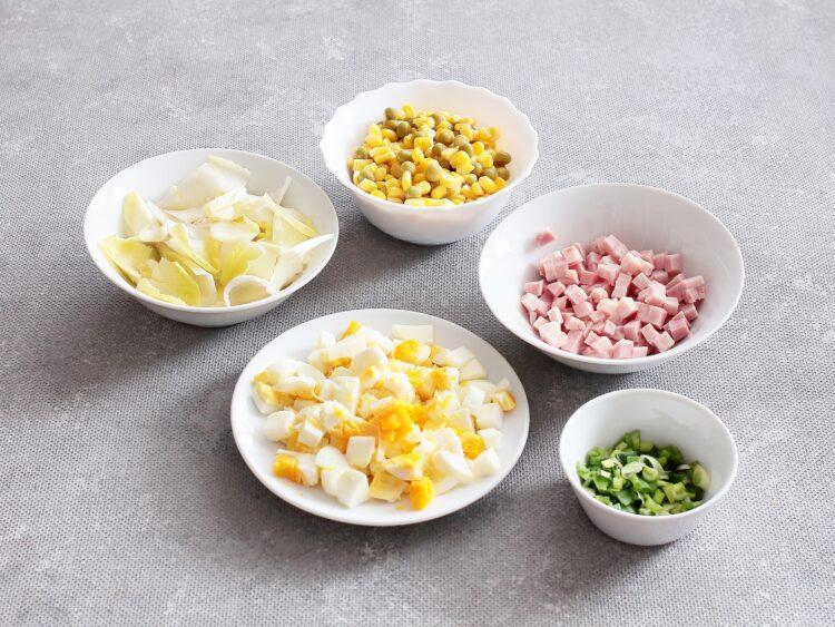 Sałatka warstwowa z jajek, kukurydzy i zielonego groszku - Krok 2
