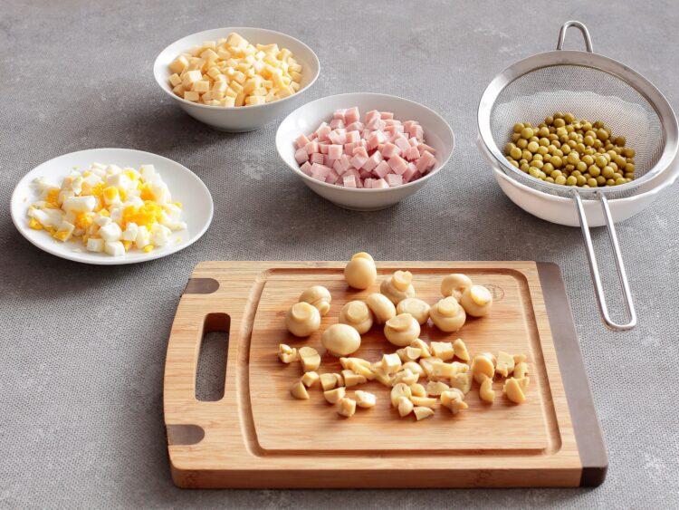 Sałatka z marynowanych pieczarek, zielonego groszku i żółtego sera - Krok 3