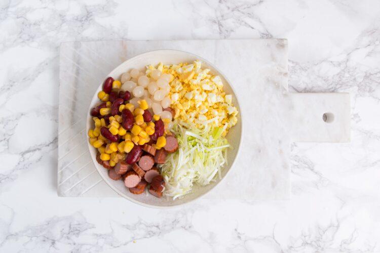 Sałatka z porem, kabanosem i kukurydzą - Krok 3