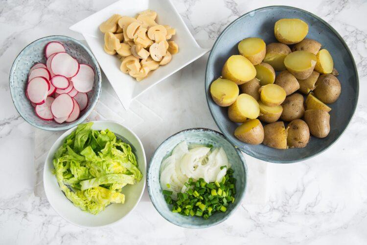 Biała kiełbasa z wiosenną sałatką ziemniaczaną - Krok 4