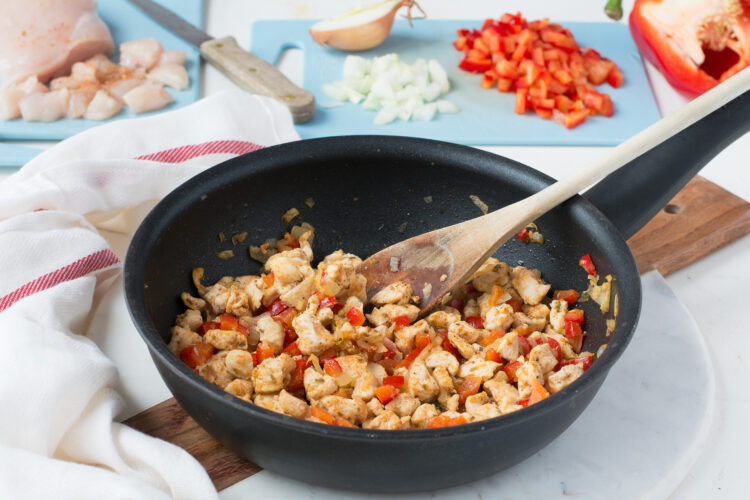 Serowe rożki z ciasta francuskiego z kurczakiem i kukurydzą z chili - Krok 1