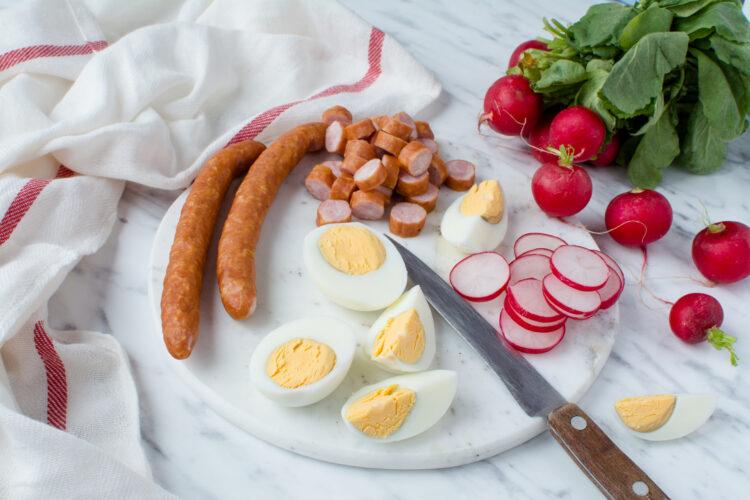 Świąteczna sałatka z kiełbasą, ziemniakami, kukurydzą i groszkiem - Krok 2