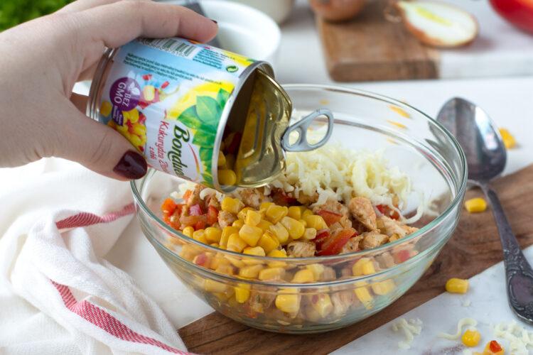 Serowe rożki z ciasta francuskiego z kurczakiem i kukurydzą z chili - Krok 2