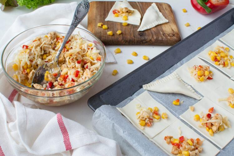 Serowe rożki z ciasta francuskiego z kurczakiem i kukurydzą z chili - Krok 3