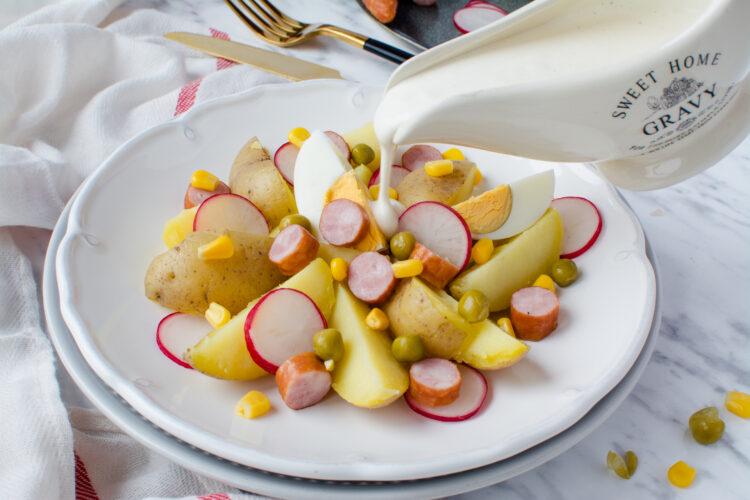 Świąteczna sałatka z kiełbasą, ziemniakami, kukurydzą i groszkiem - Krok 4