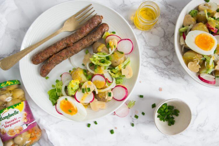 Biała kiełbasa z wiosenną sałatką ziemniaczaną