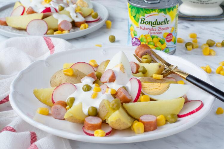 Świąteczna sałatka z kiełbasą, ziemniakami, kukurydzą i groszkiem
