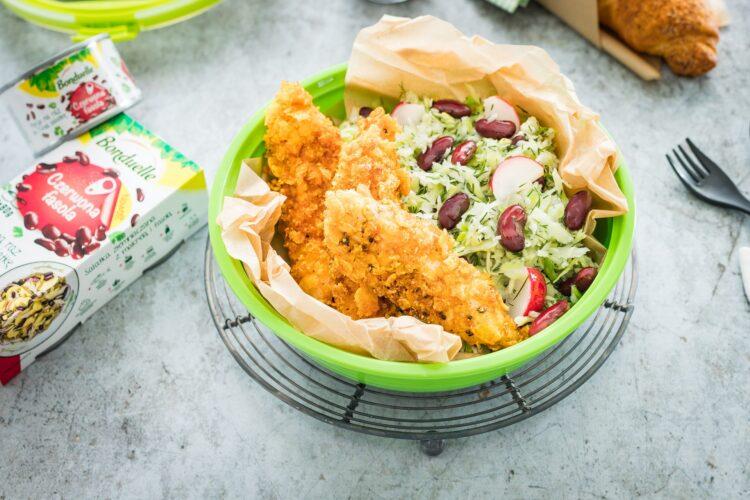 Polędwiczki kurczaka w kukurydzianej panierce z surówką z młodej kapusty z czerwoną fasolą i rzodkiewką