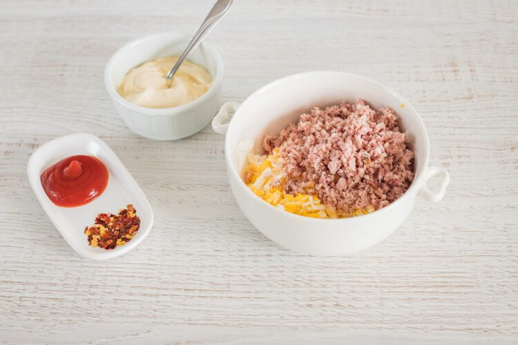 Bajgiel z pastą szynkową z czerwoną fasolą i pomidorem smażonym w parmezanie - Krok 1