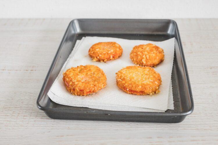 Bajgiel z pastą szynkową z czerwoną fasolą i pomidorem smażonym w parmezanie - Krok 4