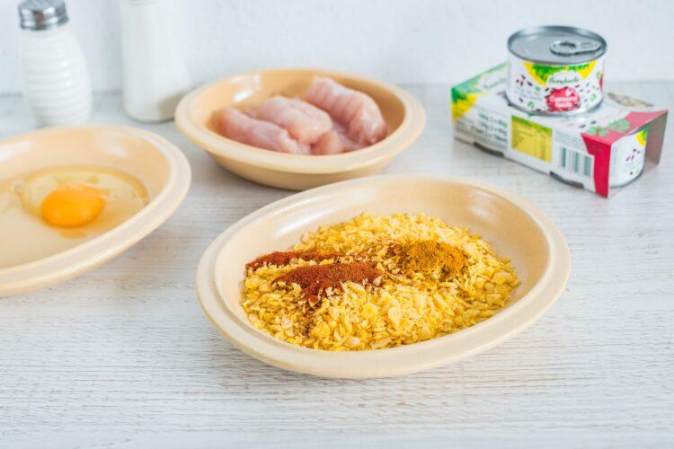 Polędwiczki kurczaka w kukurydzianej panierce z surówką z młodej kapusty z czerwoną fasolą i rzodkiewką - Krok 4