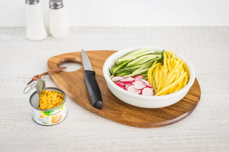Quinoa z mango, ogórkiem, kukurydzą i rzodkiewką z grillowanym kurczakiem - Krok 4
