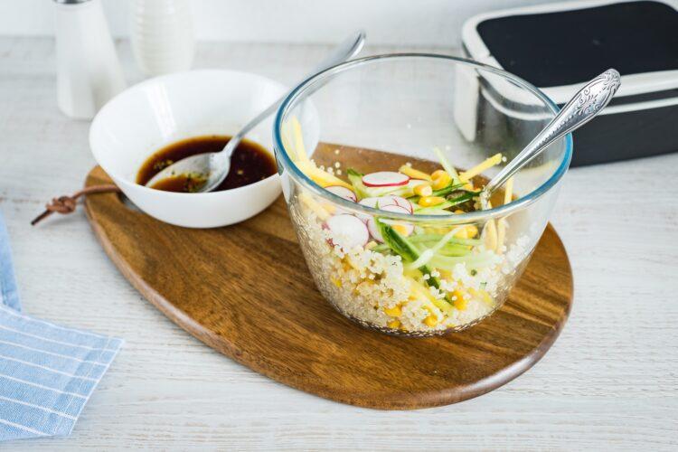 Quinoa z mango, ogórkiem, kukurydzą i rzodkiewką z grillowanym kurczakiem - Krok 5