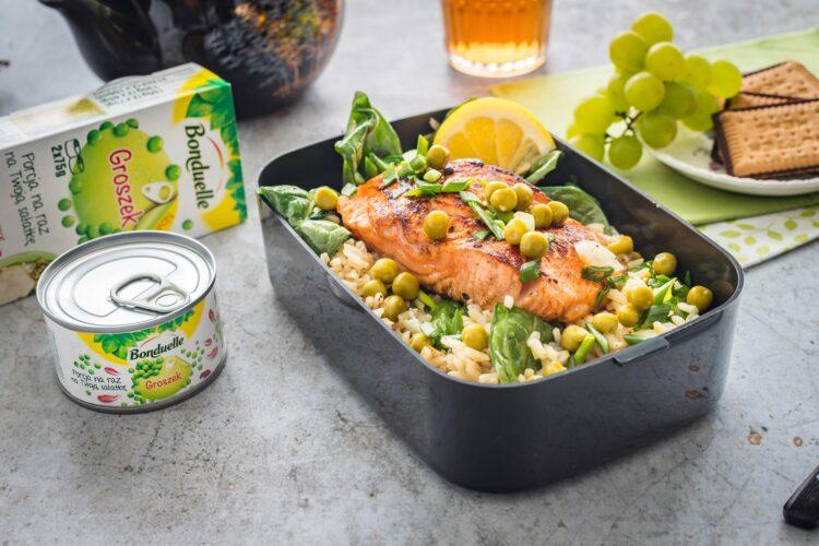 Brązowy ryż z groszkiem i szpinakiem z łososiem teriyaki