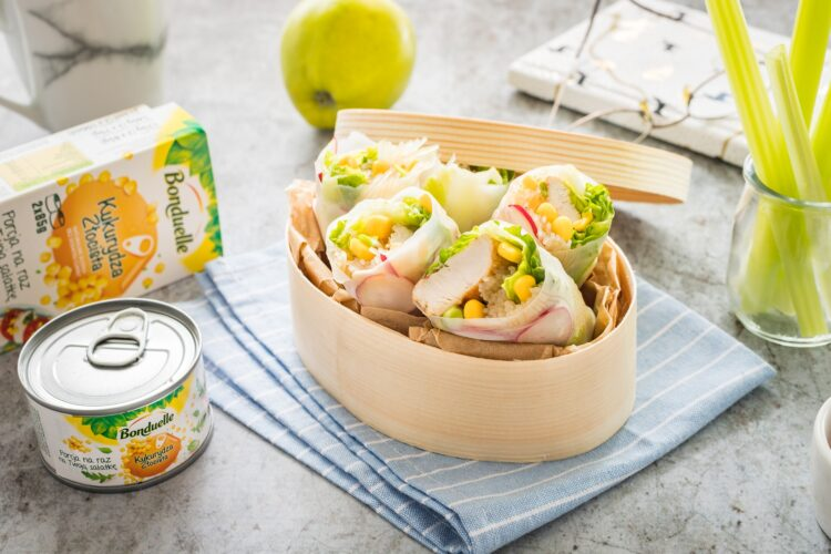 Spring rolls z kurczakiem kukurydzą i rzodkiewką