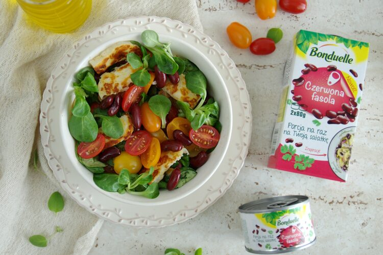 Sałatka z pomidorami, czerwoną fasolą i serem halloumi
