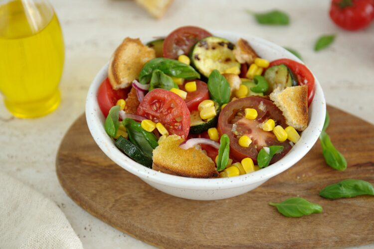 Letnia panzanella z pomidorami, cukinią i kukurydzą - Krok 5