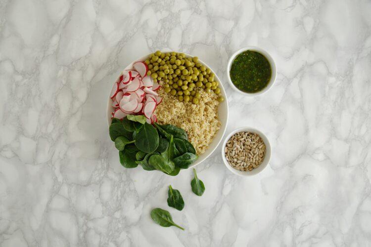 Sałatka z quinoa, groszkiem, rzodkiewką i ziołami - Krok 5