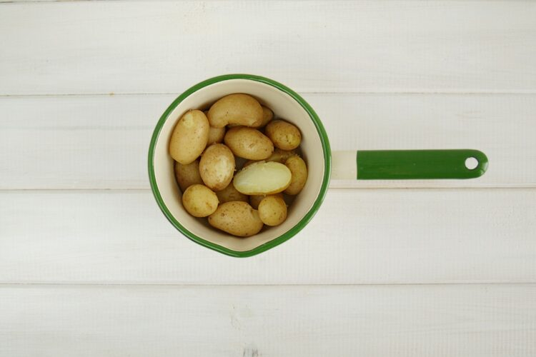 Sałatka z groszkiem, młodymi ziemniakami, jajkami i ziołami - Krok 1