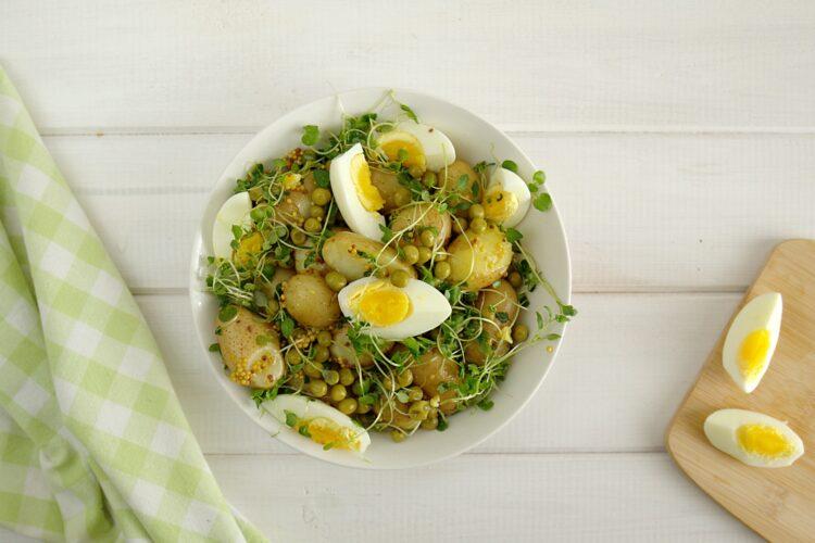 Sałatka z groszkiem, młodymi ziemniakami, jajkami i ziołami - Krok 5