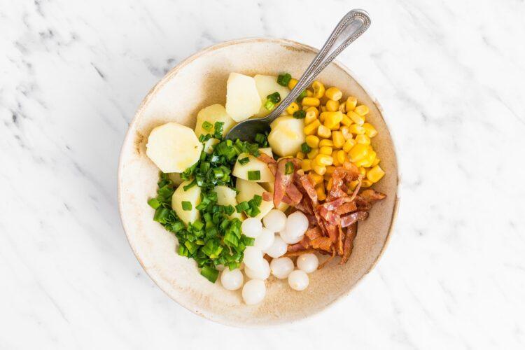 Sałatka z ziemniaków, kukurydzy i boczku - Krok 4