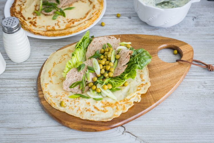 Domowy kebab w cieście naleśnikowym z groszkiem i tzatziki - Krok 5
