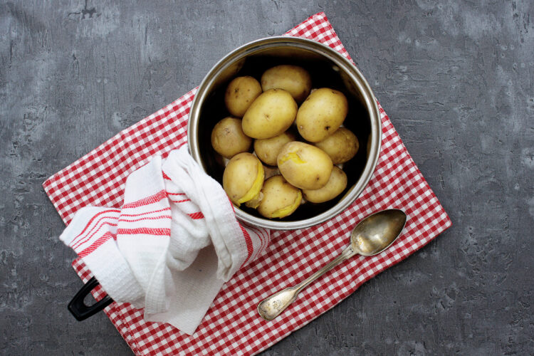 Kolorowa sałatka z ziemniakami - Krok 1