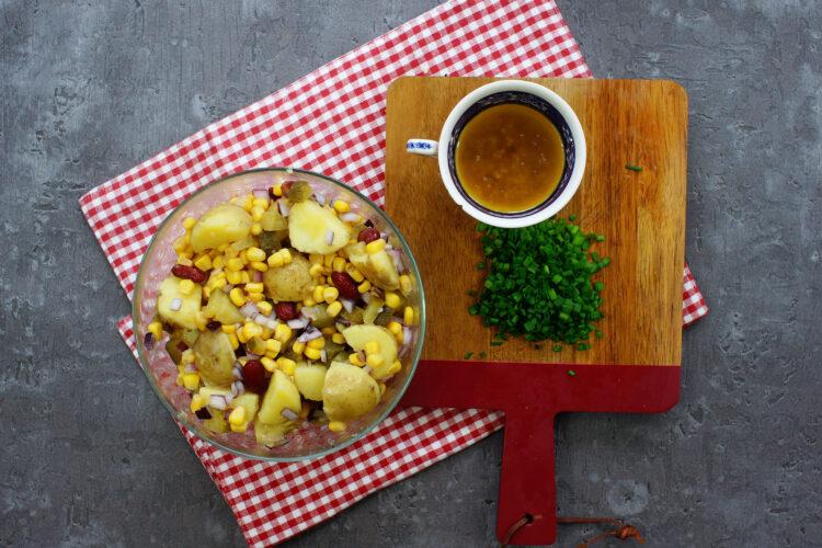 Kolorowa sałatka z ziemniakami - Krok 4