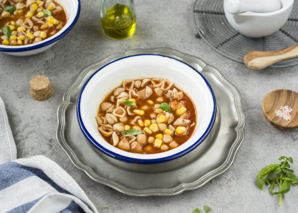 Zupa pomidorowa z makaronem i ciecierzycą
