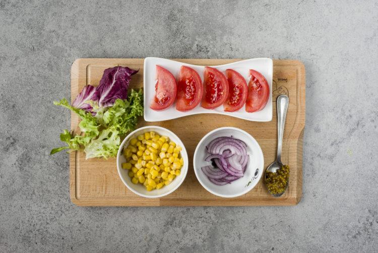 Sałatka z boczkiem i kukurydzą - Krok 1
