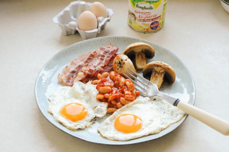 Śniadanie angielskie z pomidorową fasolką - Krok 3
