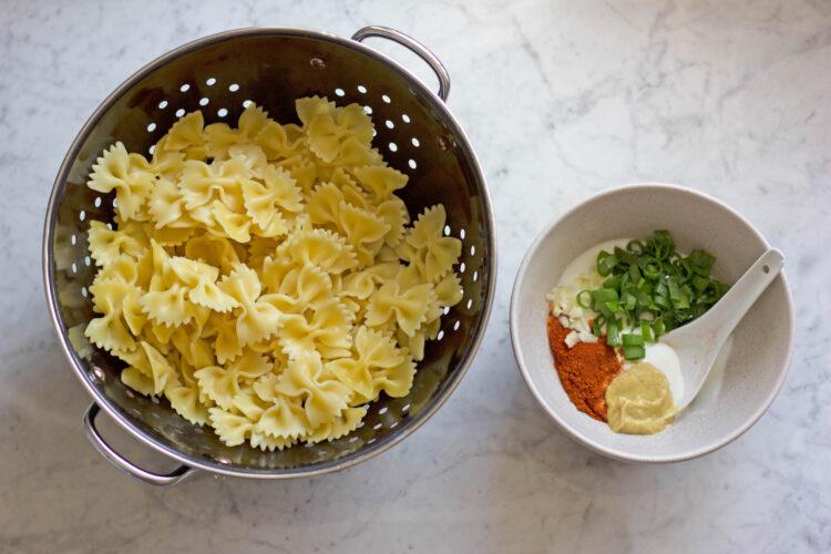 Sałatka makaronowa z marynowanymi pieczarkami, suszonymi pomidorami, kukurydzą i fetą - Krok 1