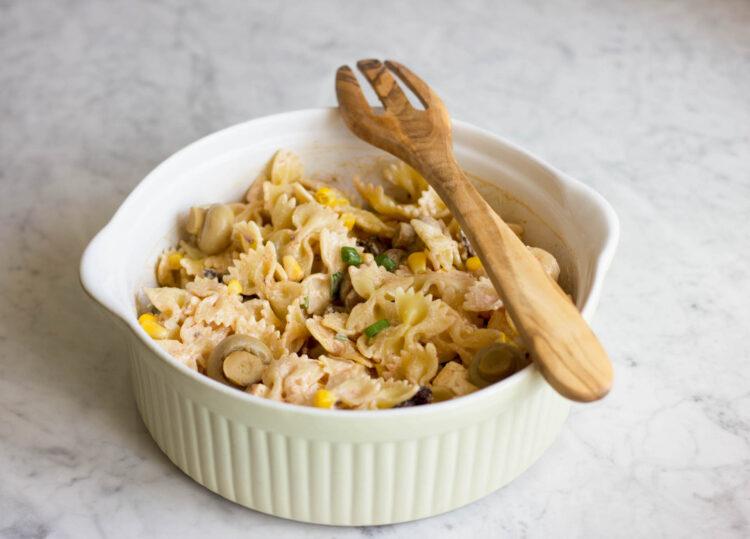Sałatka makaronowa z marynowanymi pieczarkami, suszonymi pomidorami, kukurydzą i fetą - Krok 3