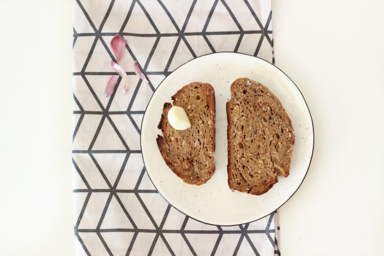 Grzanka czosnkowa z fasolką szparagową, szpinakiem i jajkiem - Krok 1