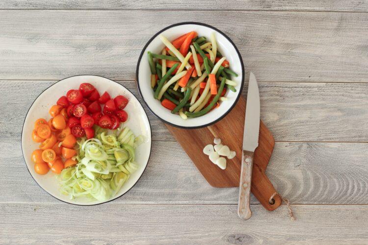 Pęczak z fasolką szparagową, marchewką i sezonowymi warzywami - Krok 2