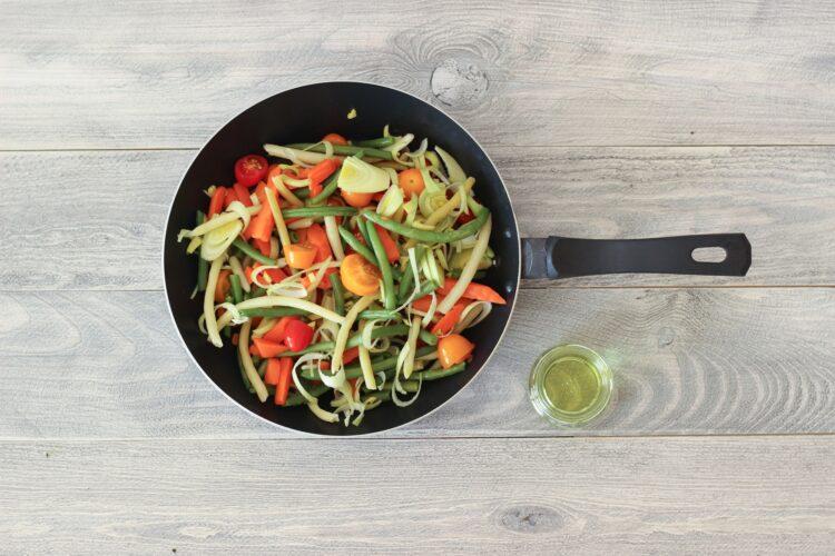 Pęczak z fasolką szparagową, marchewką i sezonowymi warzywami - Krok 3
