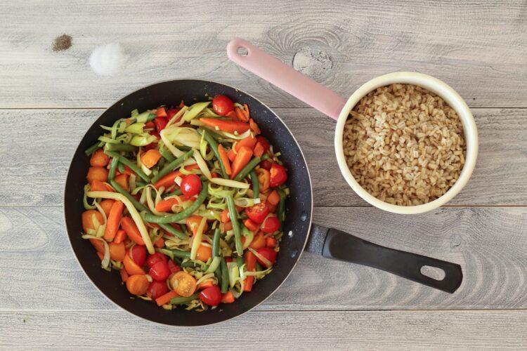 Pęczak z fasolką szparagową, marchewką i sezonowymi warzywami - Krok 4