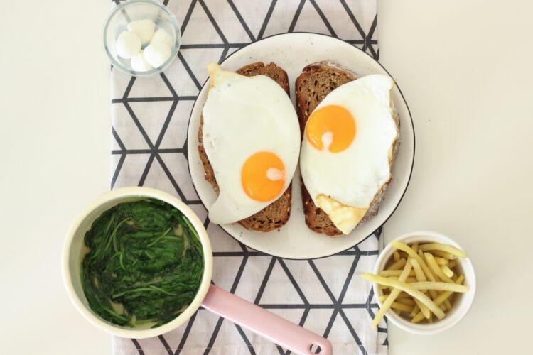 Grzanka czosnkowa z fasolką szparagową, szpinakiem i jajkiem - Krok 3