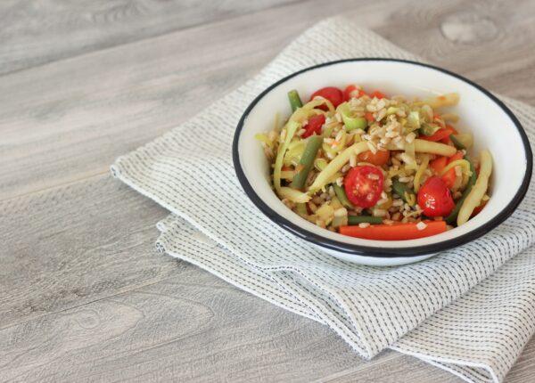 Pęczak z fasolką szparagową, marchewką i sezonowymi warzywami