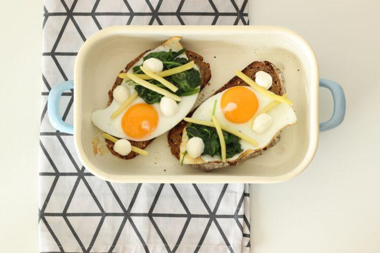 Grzanka czosnkowa z fasolką szparagową, szpinakiem i jajkiem - Krok 4