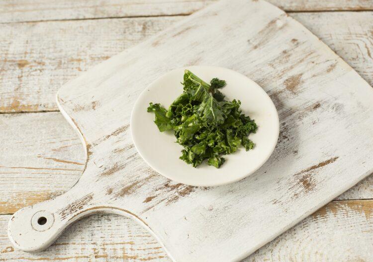Omlet z zielonym groszkiem i jarmużem - Krok 1