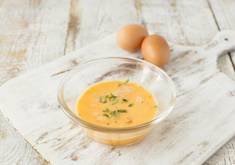 Jajecznica z kukurydzą, chili i świeżymi ziołami - Krok 2