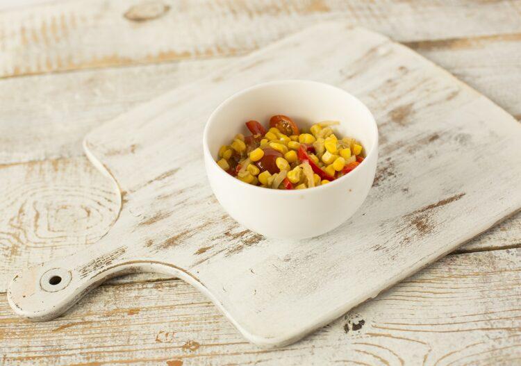 Awokado nadziewane kukurydzą i sezonowymi warzywami - Krok 3