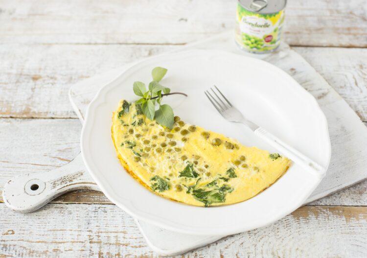 Omlet z zielonym groszkiem i jarmużem