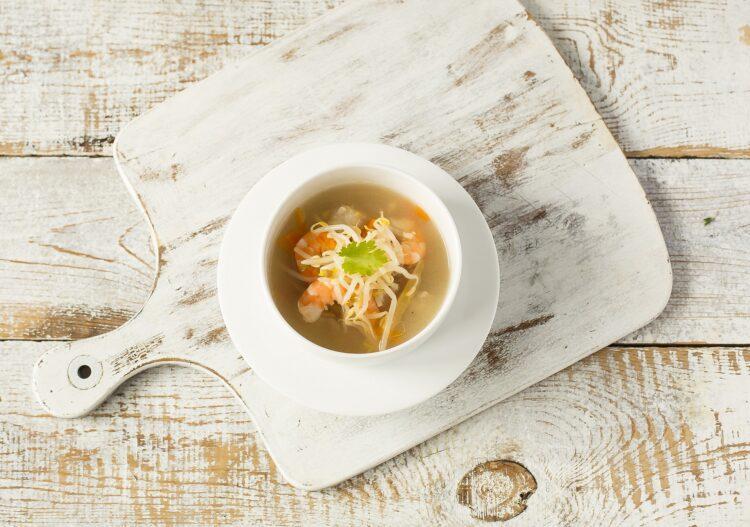 Zupa rybna z kiełkami fasoli Mung