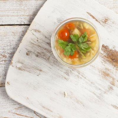 Zupa z soczewicy z pomidorkami koktajlowymi